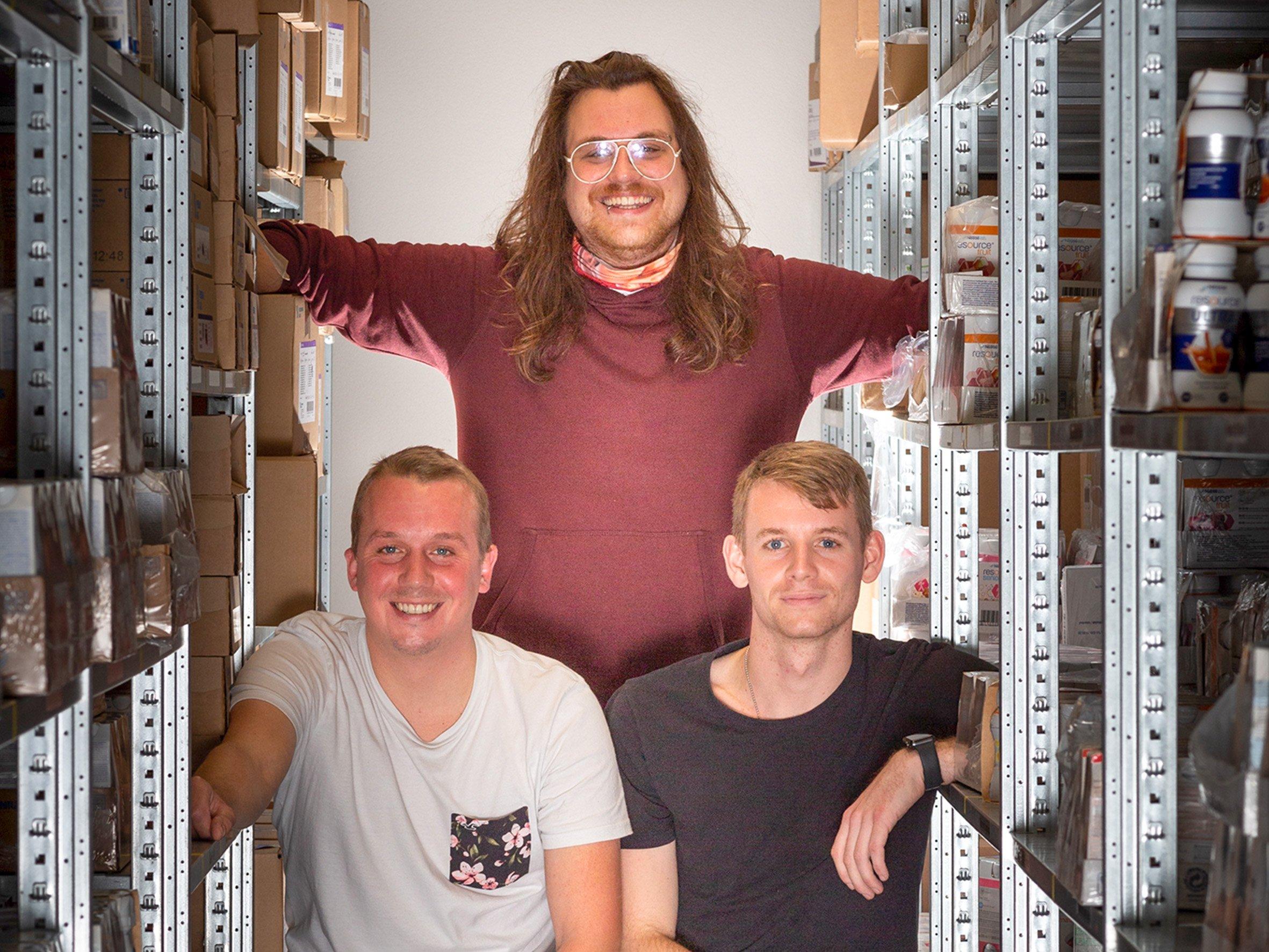 Das dreiköpfige Logistikerteam von HomeCare Nordstern sitzt im Lager.
